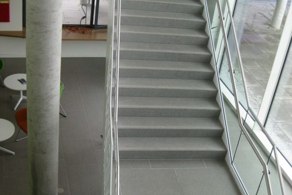 Treppenaufgang im Rathaus Kolbermoor von Schwab Stein